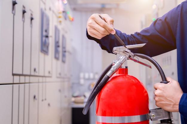 Inspección del ingeniero extintor de incendios en sala de control.