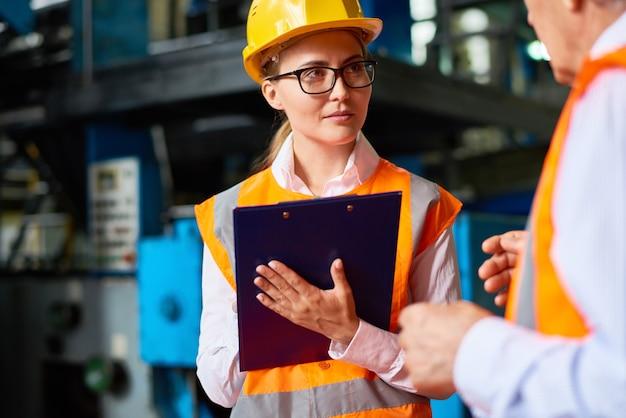Inspección de seguridad en taller de fábrica