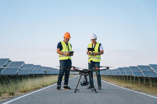 Inspector concepto de ingeniería; ingeniero inspeccionar panel solar en planta de energía solar
