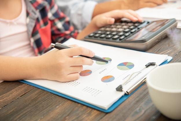Inspector financiero de hombre de negocios administrador y secretaria haciendo informe, calculando el saldo.