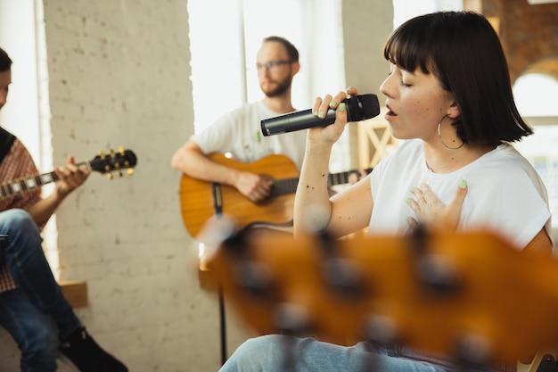 Inspiración. banda de músicos improvisando juntos en el lugar de trabajo artístico con instrumentos.