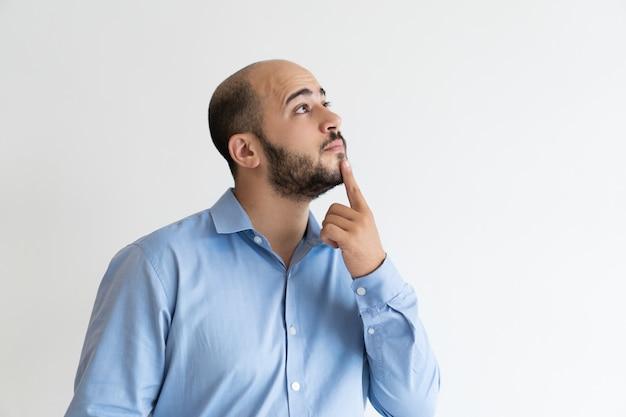 Inspirado hombre de negocios pensativo