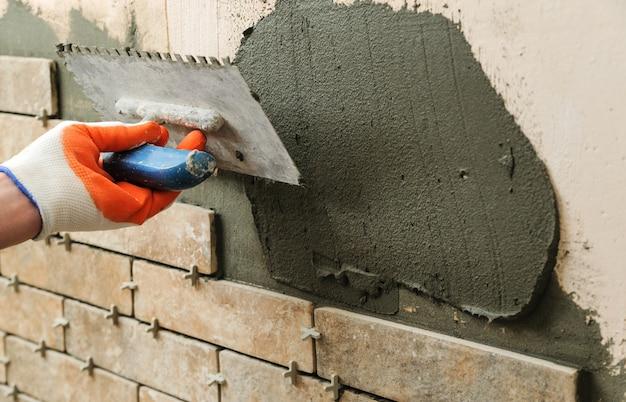 Instalación de los azulejos en la pared.