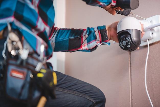 Instalación de cctv con jóvenes técnicos asiáticos. instalación como concepto de cámara ip wifi: cámara ip inalámbrica