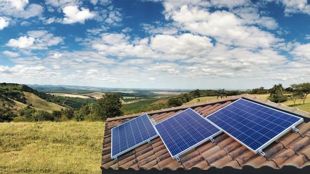 Instalación fotovoltaica de paneles solares en un techo, fuente alternativa de electricidad.