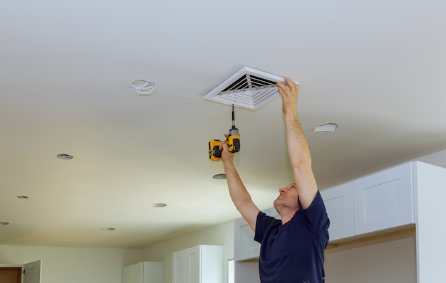 Instalación interior de ventilación de aire acondicionado central en la pared.