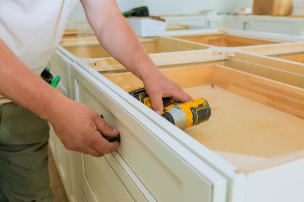 Instalación de manijas de cajones en gabinetes de cocina.