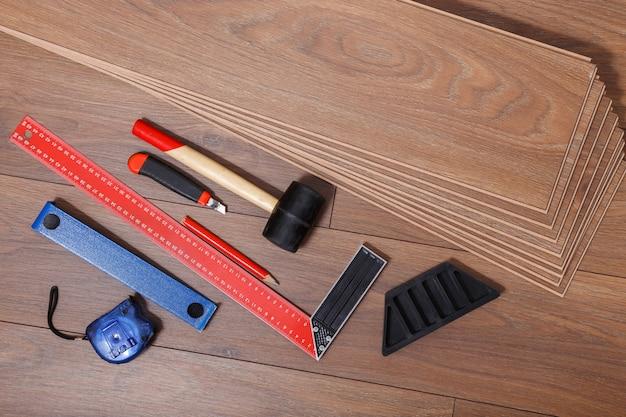 Instalación de pisos laminados, herramientas de carpintería.