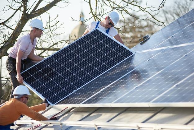 Instalación del sistema de paneles solares fotovoltaicos en el techo de la casa