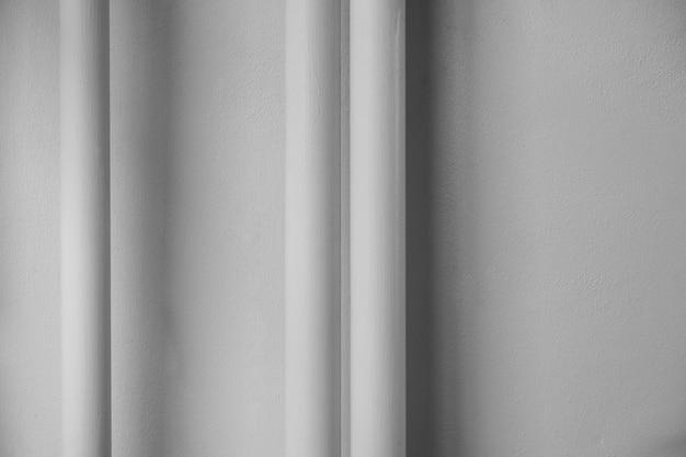 Instalación de sistema de tuberías de agua en el muro de hormigón.