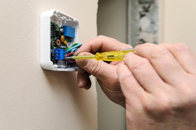 Instalación de un termostato ambiental programable.