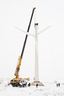 Instalación de una turbina eólica.