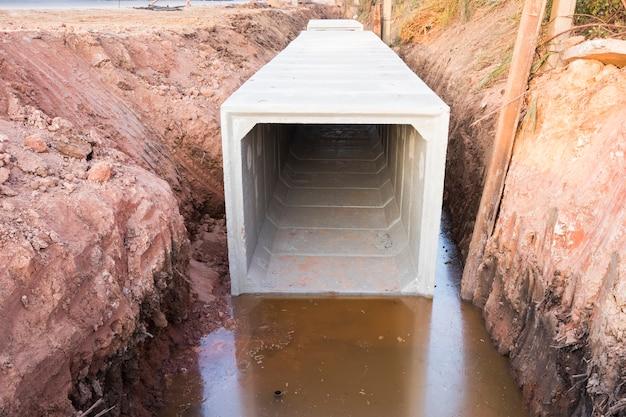 Se instalan pozos de registro de hormigón cuadrados de gran tamaño en el sitio de construcción; para drenar las aguas pluviales de la carretera principal; fondo de construccion civil