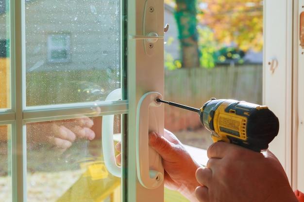 Instale la manija de la puerta con una cerradura, el carpintero aprieta el tornillo