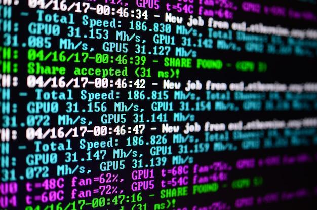 Instantánea de macro de la interfaz del programa para la extracción de moneda criptográfica en el monitor