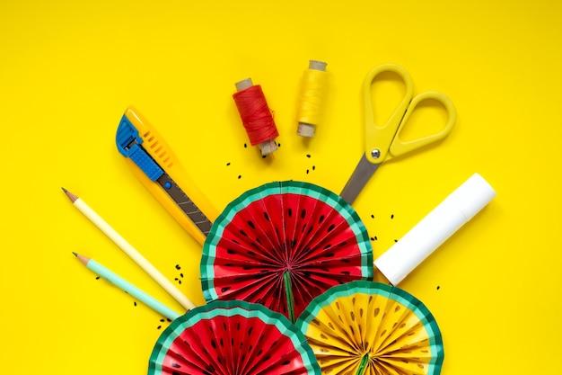 Instrucción de bricolaje. tutorial paso a paso. hacer decoración para la fiesta de cumpleaños de verano - abanico de sandía rojo y amarillo