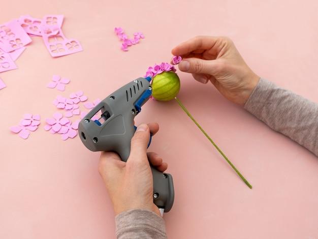 Instrucciones de bricolaje. haciendo flores de foamiran. herramientas y suministros artesanales. etapa 4