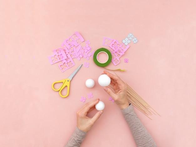 Instrucciones de bricolaje. haciendo flores de foamiran. herramientas y suministros artesanales. paso 1