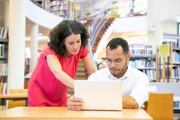 Instructor ayudando a aprendiz con proyecto