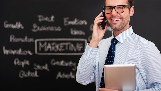 Instructor de formación hablando por teléfono