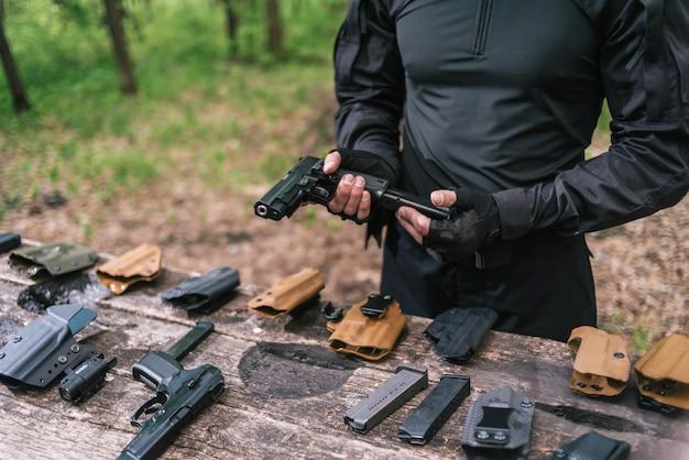 Instructor de tiro deportivo revisa el primer plano de tus armas
