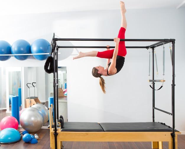 Instructora aerobia de pilates mujer en cadillac.