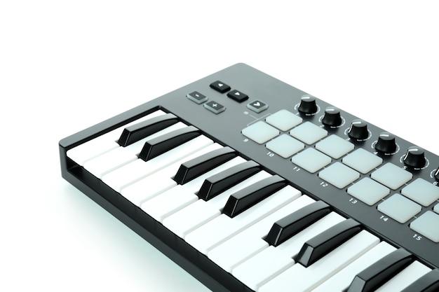 Instrumento digital de teclado midi aislado sobre fondo blanco.