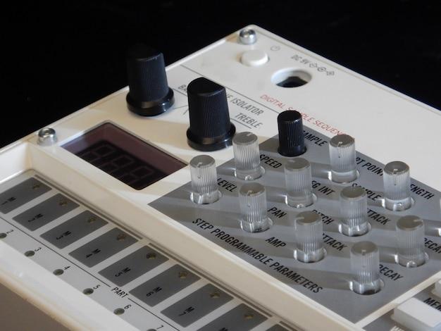 Instrumento musical electrónico o mezclador de audio o ecualizador de sonido (sintetizador modular analógico)