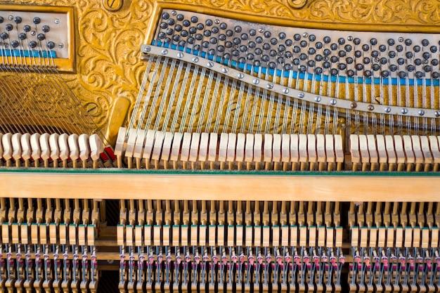 Instrumento de piano en el interior, piano antiguo y mecanismo antiguo, primer plano