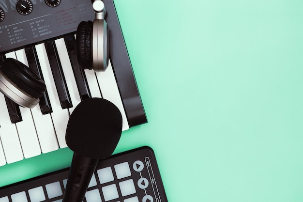 Instrumento sintetizador de teclado musical en copyspace verde