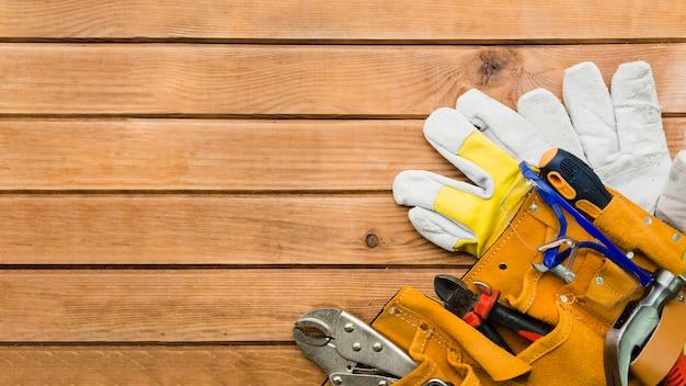 Instrumentos de carpintero en mesa de madera.