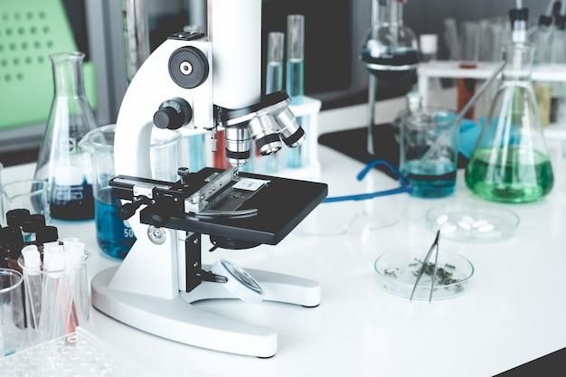 Instrumentos de ciencia en sala de laboratorio. concepto de investigación científica.