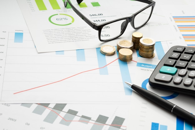 Instrumentos financieros de primer plano con gafas