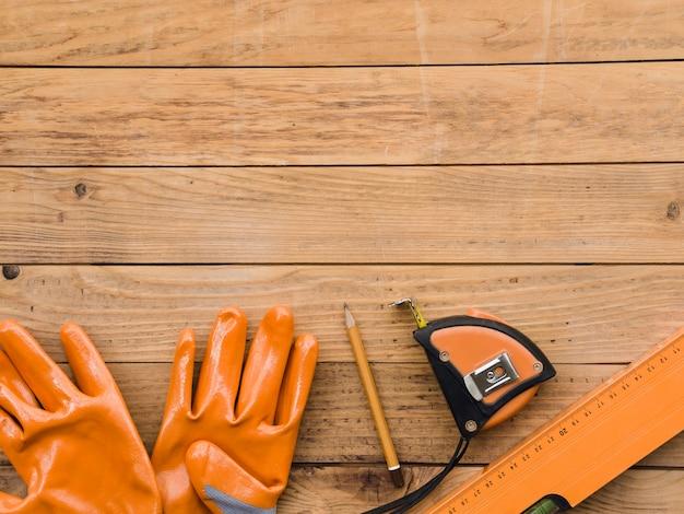 Instrumentos de medida cerca de guantes de protección. Foto gratis