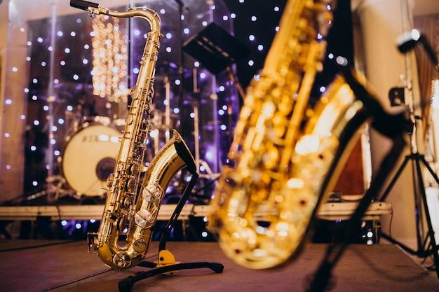 Instrumentos musicales aislados en una noche de fiesta