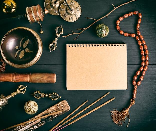 Instrumentos musicales religiosos asiáticos para meditación y cuaderno.