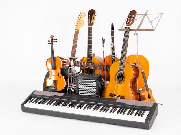 Instrumentos musicales sobre fondo blanco.