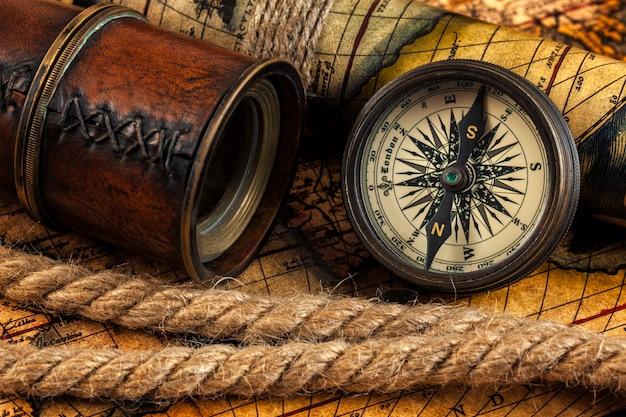 Instrumentos de navegación y brújula vintage antiguo en mapa antiguo