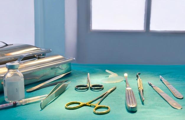 Instrumentos quirúrgicos, implantes nasales de silicona e implantes de mentón de silicona en quirófano.