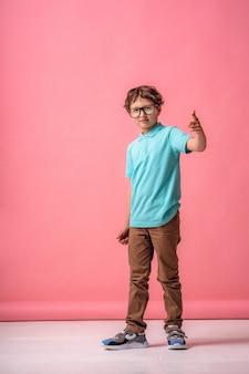 Integral de un niño caucásico confiado, con un traje de moda y gafas