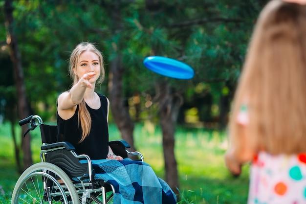 Interacción de una persona sana con una persona discapacitada.