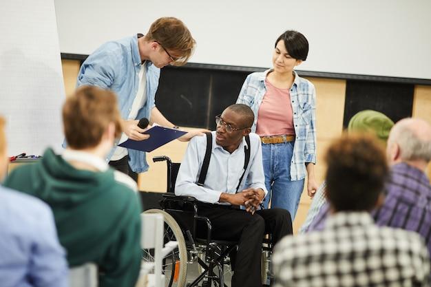 Interacción en vivo con jóvenes científicos discapacitados.
