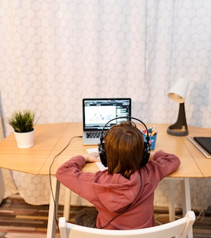 Interacciones escolares en línea desde atrás