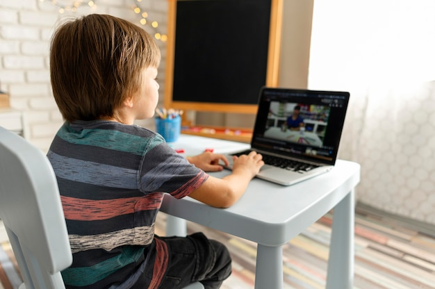 Interacciones escolares en línea por encima del hombro