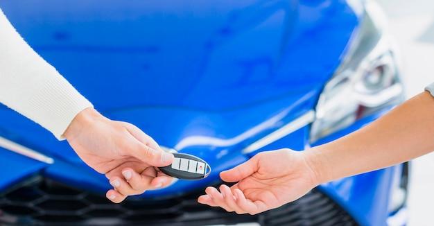 Intercambiando llaves en concesionario de coches