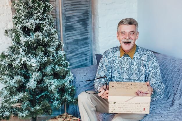 Intercambiando regalos de navidad abuelo en casa