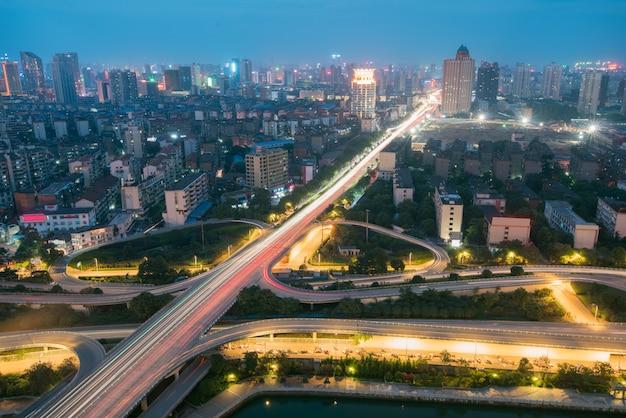 Intercambio de la autopista de la ciudad en shanghai en hora punta de tráfico