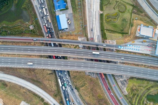 Intercambio de vista aérea vía rápida y un atasco de tráfico