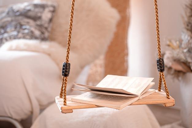 Interior acogedor moderno de la sala de estar con un columpio colgante.