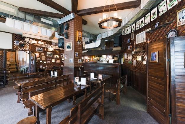 Interior de acogedor pub